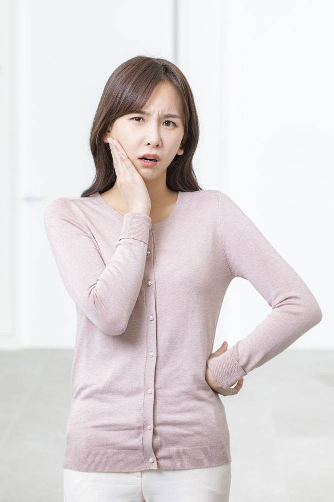 牙疼的女性