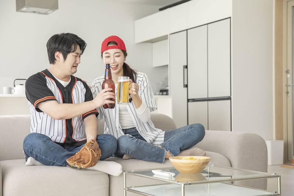 居家一起看电视棒球比赛的情侣