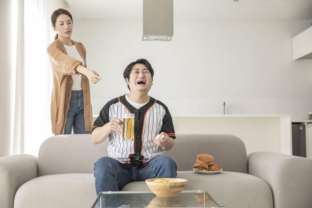 指责男子在家看电视棒球比赛的女性