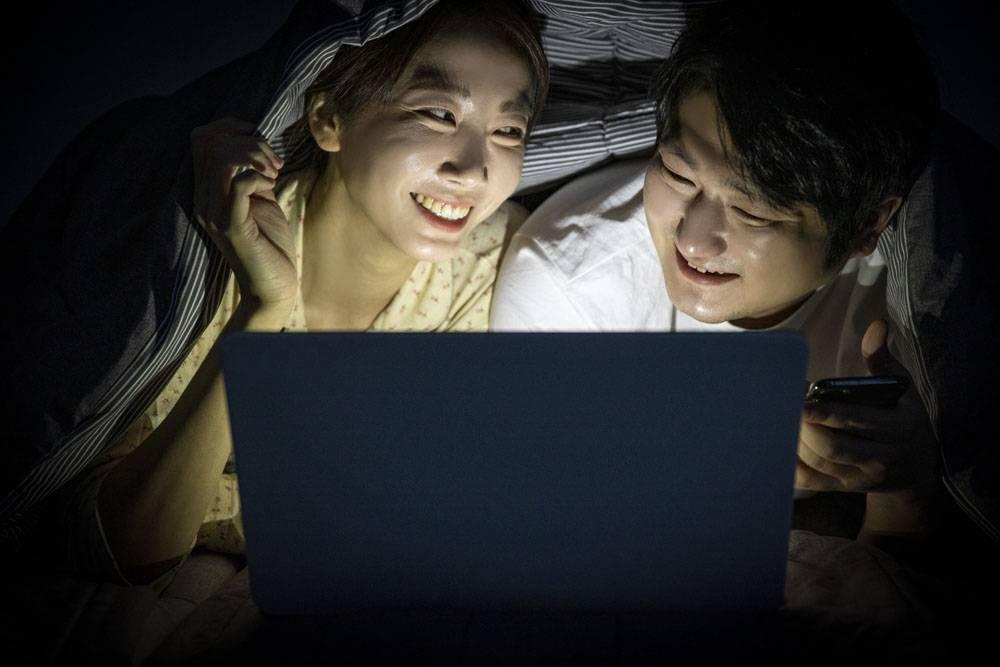 深夜窝在被窝看笔记本电视剧电影的情侣