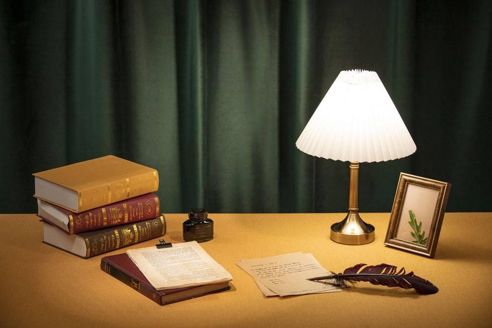 台灯书籍羽毛笔相框墨水文艺复古年代感静物组合