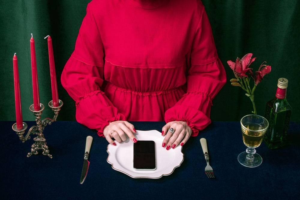 浪漫西餐与放在盘子里的手机
