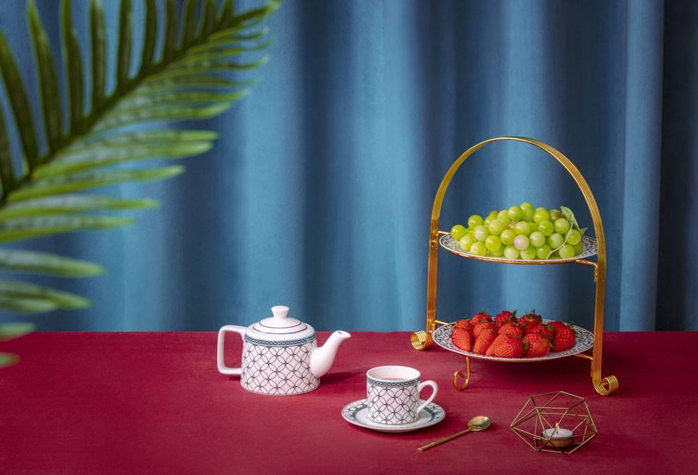 茶壶茶杯草莓葡萄静物组合