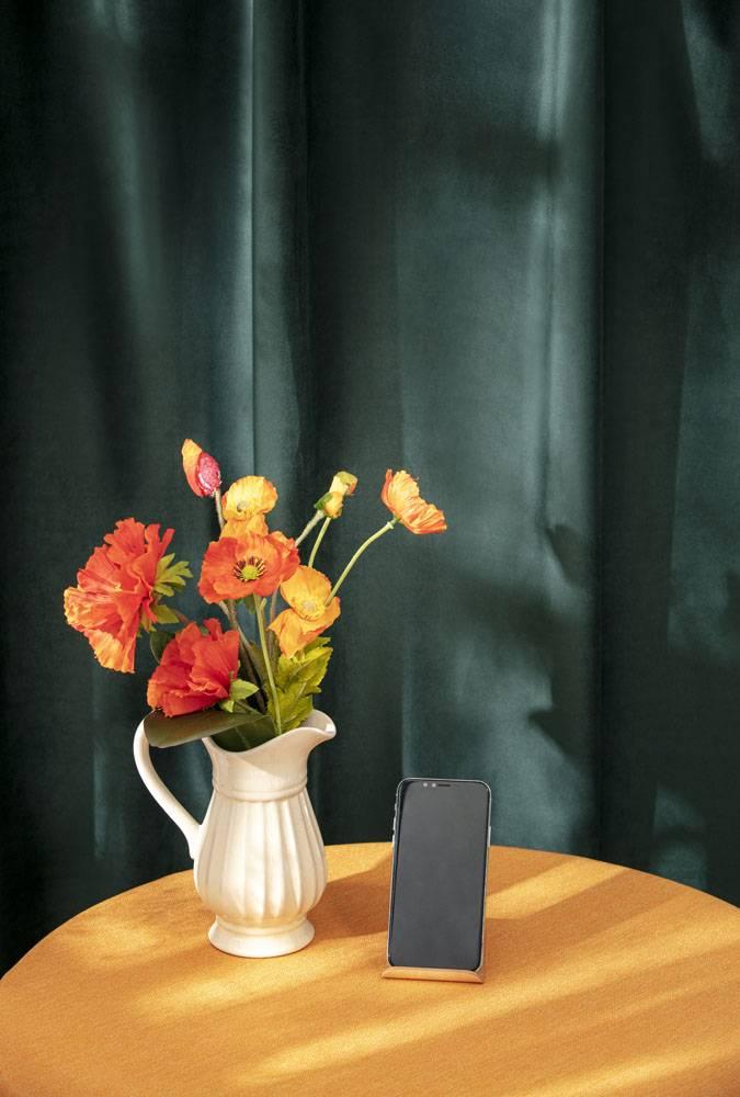 花卉花瓶与手机特写