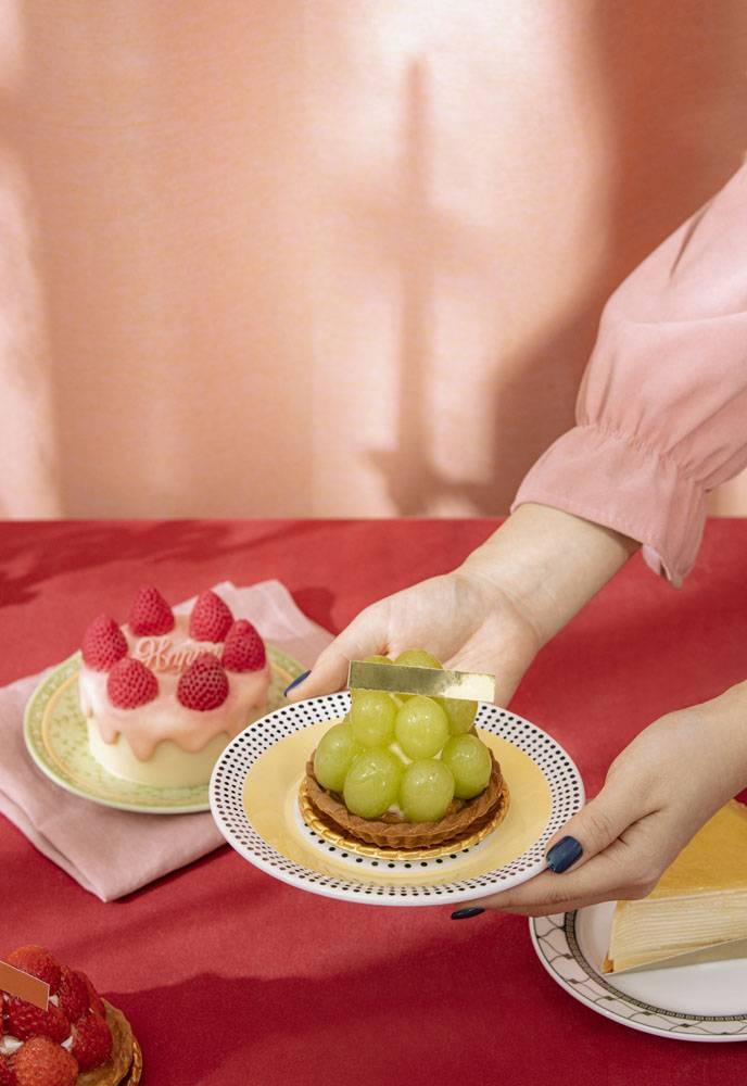 榴莲千层饼草莓蛋糕葡萄蛋糕佣人奉上