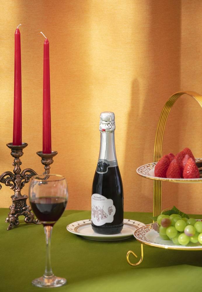 红色蜡烛红酒草莓葡萄晚宴招待