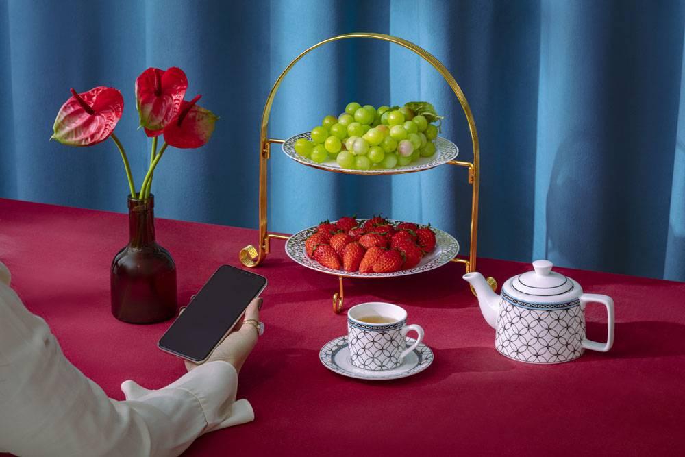 红掌草莓葡萄茶壶咖啡杯女性手机静物组合
