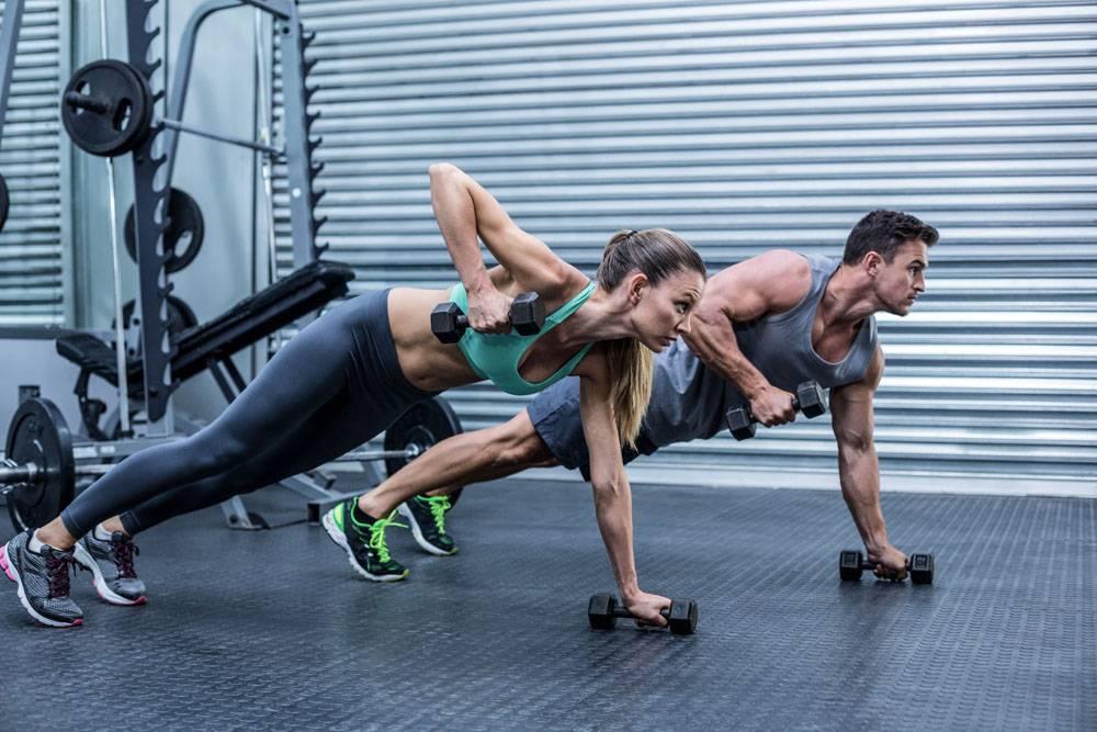 正在肌肉锻炼的健身男女