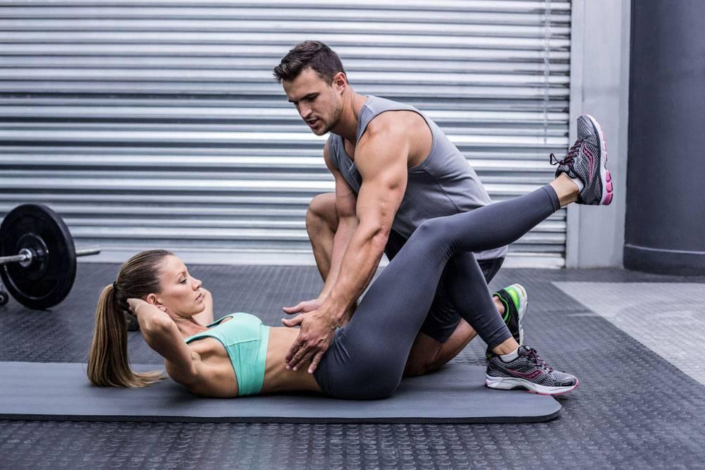 仰卧起坐健身女性