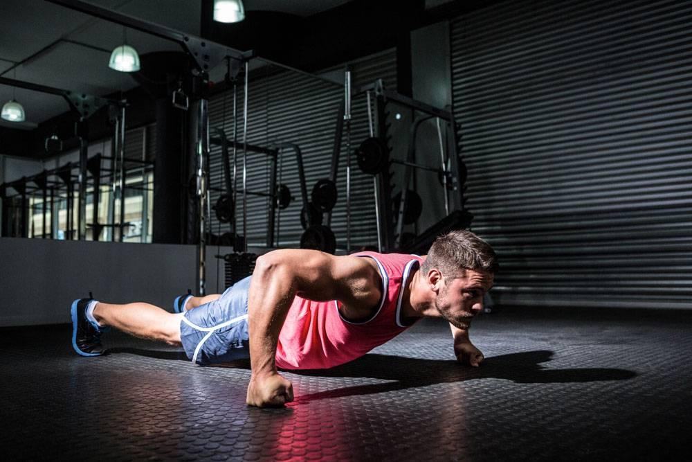 俯卧撑的健身男子